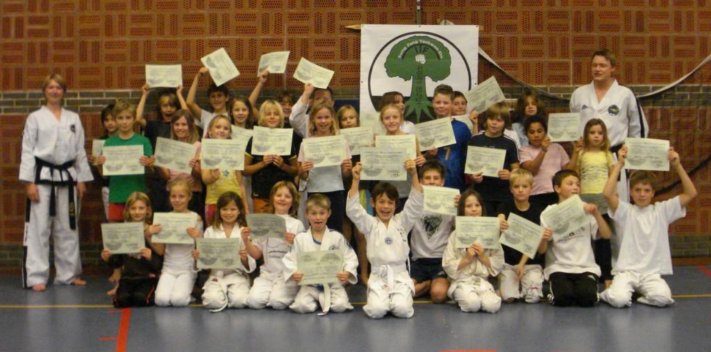 2 Laatste training cursus Dit is Taekwon-Do (jeugd groepsfoto met certificaat)
